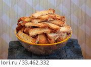Чаша с румяными сухарями из белого хлеба. Запасы продуктов. Стоковое фото, фотограф Анатолий Матвейчук / Фотобанк Лори