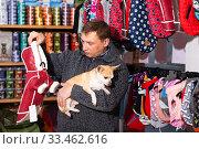 Man with chihuahua choosing dogs clothes. Стоковое фото, фотограф Яков Филимонов / Фотобанк Лори