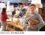 Positive boy with dog in petshop. Стоковое фото, фотограф Яков Филимонов / Фотобанк Лори