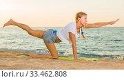 Smiling adult woman in white T-shirt is doing excercises on endurance. Стоковое фото, фотограф Яков Филимонов / Фотобанк Лори