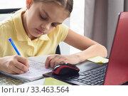 Крупный план девочки которая пишет в тетради заметки обучаясь дистанционно. Стоковое фото, фотограф Иванов Алексей / Фотобанк Лори