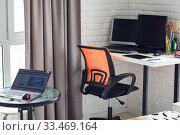 Часть интерьера комнаты, на столике стоит ноутбук, на заднем плане рабочее место дома. Стоковое фото, фотограф Иванов Алексей / Фотобанк Лори