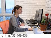 Счастливая девушка работает удаленно дома за персональным компьютером. Стоковое фото, фотограф Иванов Алексей / Фотобанк Лори