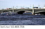 View of Trinity drawbridge in St. Petersburg on a sunny summer day, Russia. Стоковое видео, видеограф Наталья Волкова / Фотобанк Лори
