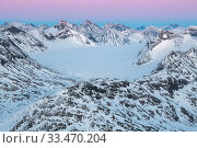Sore Illabrean glacier, snow-covered mountain landscape, viewed from Mt Loftet. Jotunheimen National Park, Norway. April. Стоковое фото, фотограф Orsolya Haarberg / Nature Picture Library / Фотобанк Лори