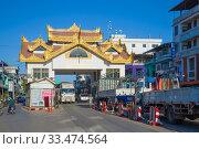 Купить «Автомобильный пограничный переход Мьянма - Таиланд солнечным днем. Мьявадди, Мьянма», фото № 33474564, снято 28 декабря 2016 г. (c) Виктор Карасев / Фотобанк Лори