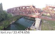 Купить «Вид с воздуха. Железнодорожный мост. Река, Россия, Уфа», видеоролик № 33474656, снято 23 февраля 2012 г. (c) Mikhail Erguine / Фотобанк Лори