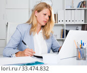 Positive female business consultant. Стоковое фото, фотограф Яков Филимонов / Фотобанк Лори