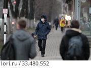 Купить «Балашиха люди на Советской улице в дни самоизоляции при Коронавирусе COVID-19», эксклюзивное фото № 33480552, снято 3 апреля 2020 г. (c) Дмитрий Неумоин / Фотобанк Лори