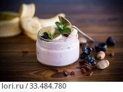 Купить «home sweet banana yogurt in a glass jar», фото № 33484780, снято 1 апреля 2020 г. (c) Peredniankina / Фотобанк Лори