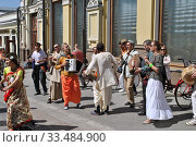 Купить «Кришнаиты танцуют на улице во время праздника День Победы,  9 Мая 2014, Кузнецкий Мост, Москва», эксклюзивное фото № 33484900, снято 9 мая 2014 г. (c) lana1501 / Фотобанк Лори