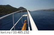 Купить «wooden bow of the yacht with iron handrails», видеоролик № 33485232, снято 26 ноября 2019 г. (c) Aleksandr Sulimov / Фотобанк Лори