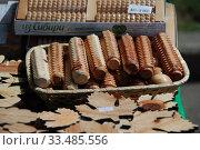 Торговля деревянными массажерами из можжевельника (2010 год). Редакционное фото, фотограф lana1501 / Фотобанк Лори