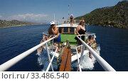 Купить «tourists take a boat trip on a yacht. View from the ship's deck», видеоролик № 33486540, снято 26 августа 2019 г. (c) Aleksandr Sulimov / Фотобанк Лори