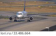 Купить «Lufthansa Airbus 320 taxiing», видеоролик № 33486664, снято 19 июля 2017 г. (c) Игорь Жоров / Фотобанк Лори