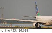Купить «Airbus A330 taxiing before departure», видеоролик № 33486688, снято 19 июля 2017 г. (c) Игорь Жоров / Фотобанк Лори