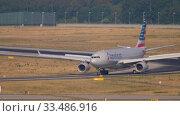 Купить «American Airlines Airbus A330 taxiing», видеоролик № 33486916, снято 19 июля 2017 г. (c) Игорь Жоров / Фотобанк Лори