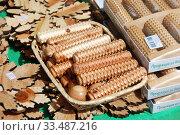 Торговля деревянными изделиями из можжевельника с лотка (2010 год). Редакционное фото, фотограф lana1501 / Фотобанк Лори