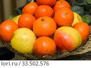 Мандарины и яблоки лежат в вазе. Стоковое фото, фотограф Игорь Низов / Фотобанк Лори
