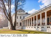 Галерея дома gallery with columns and old tree (2020 год). Редакционное фото, фотограф Baturina Yuliya / Фотобанк Лори