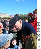 Купить «Поздравление ветерана Великой Отечественной войны во время праздника Победы 9 мая на Поклонной горе в Москве», эксклюзивное фото № 33509208, снято 9 мая 2011 г. (c) lana1501 / Фотобанк Лори