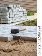 Купить «Брусчатка укладывается на песчаное основание», фото № 33509924, снято 8 октября 2010 г. (c) Александр Романов / Фотобанк Лори