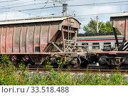 Вагон-хоппер в составе товарного поезда (2019 год). Редакционное фото, фотограф Александр Щепин / Фотобанк Лори