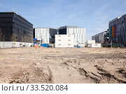 Cleared building site and new buildings at the Anschuetz-Areal at Mercedes-Platz in Berlin-Friedrichshain (2019 год). Редакционное фото, агентство Caro Photoagency / Фотобанк Лори