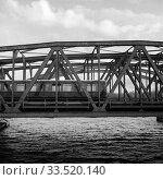 S-Bahn on the railway bridge over the Spree at the Elsenbruecke in Berlin-Friedrichshain (2019 год). Редакционное фото, агентство Caro Photoagency / Фотобанк Лори