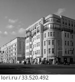 Renovated old building in Stralauer Allee at the corner of Markgrafendamm in Berlin-Friedrichshain (2019 год). Редакционное фото, агентство Caro Photoagency / Фотобанк Лори