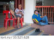 Купить «Singapore, Republic of Singapore, Two men resting in Chinatown», фото № 33521628, снято 28 февраля 2020 г. (c) Caro Photoagency / Фотобанк Лори