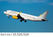 Vueling airliner EC-MEQ taking off from El Prat Airport (2020 год). Редакционное фото, фотограф Яков Филимонов / Фотобанк Лори