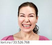 Оскалившаяся взрослая женщина. Стоковое фото, фотограф Кекяляйнен Андрей / Фотобанк Лори
