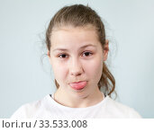 Девочка подросток показывает язык. Стоковое фото, фотограф Кекяляйнен Андрей / Фотобанк Лори
