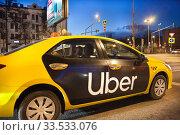 Желтое Uber-такси на улице города (2020 год). Редакционное фото, фотограф Victoria Demidova / Фотобанк Лори