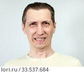 Злое выражение лица с оскалом у мужчины. Стоковое фото, фотограф Кекяляйнен Андрей / Фотобанк Лори