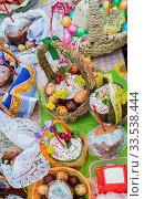 Купить «Пасха. Праздничные угощения на столе: Разноцветные крашеные яйца, пасхальные куличи и творожная масса.», фото № 33538444, снято 7 апреля 2018 г. (c) Светлана Васильева / Фотобанк Лори