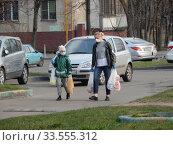 Купить «Пешеходы на улице в дни самоизоляции при коронавирусе Covid-19. Уссурийская улица. Район Гольяново. Город Москва», эксклюзивное фото № 33555312, снято 13 апреля 2020 г. (c) lana1501 / Фотобанк Лори