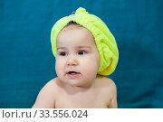 Годовалый ребенок с полотенцем на голове. Стоковое фото, фотограф Кекяляйнен Андрей / Фотобанк Лори