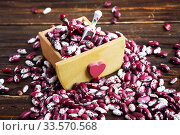Купить «Violet with dots beans in wooden box with heart and two spoons. Swallow beans. Vegetables for healthy eating. Organic food.», фото № 33570568, снято 14 апреля 2020 г. (c) Papoyan Irina / Фотобанк Лори