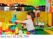 Ребенок в игровой комнате с игрушками. (2019 год). Редакционное фото, фотограф Светлана Голинкевич / Фотобанк Лори
