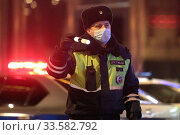 Купить «Москва, сотрудники полиции проверяют документы в дни самоизоляции из-за коронавируса COVID-19», эксклюзивное фото № 33582792, снято 19 апреля 2020 г. (c) Дмитрий Неумоин / Фотобанк Лори