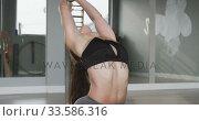 Купить «Caucasian woman doing the splits», видеоролик № 33586316, снято 18 сентября 2019 г. (c) Wavebreak Media / Фотобанк Лори