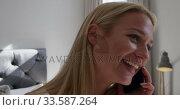 Young woman on her phone. Стоковое видео, агентство Wavebreak Media / Фотобанк Лори