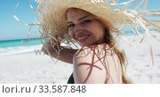 Woman enjoying free time on the beach. Стоковое видео, агентство Wavebreak Media / Фотобанк Лори