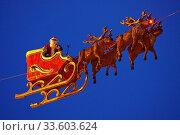 Купить «Weihnachtsmann mit Rentierschlitten am Himmel, Weihnachtsmarkt, Bochum, Ruhrgebiet, Nordrhein-Westfalen, Deutschland, Europa», фото № 33603624, снято 28 мая 2020 г. (c) age Fotostock / Фотобанк Лори