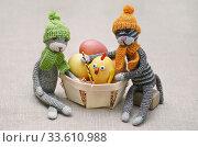 Купить «Игрушки. Пара котов и цыплёнок», эксклюзивное фото № 33610988, снято 21 апреля 2020 г. (c) Dmitry29 / Фотобанк Лори