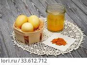 Купить «Пасхальные яйца, крашеные куркумой», эксклюзивное фото № 33612712, снято 20 апреля 2020 г. (c) Dmitry29 / Фотобанк Лори