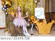 Portrait of girl princess in pink dress with gold crown holding stars in his hands. Стоковое фото, фотограф Евгений Ткачёв / Фотобанк Лори