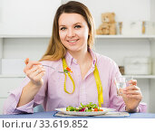 Woman eating healthy to lose weight. Стоковое фото, фотограф Яков Филимонов / Фотобанк Лори